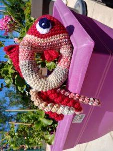 hochet poisson dans un bac à fleurs