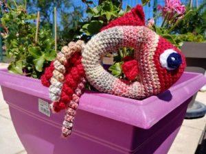 amigurumi hochet poisson dans un bac à fleurs