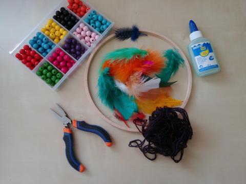 matériel fils plumes colle