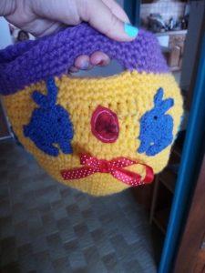 panier au crochet jaune et violet