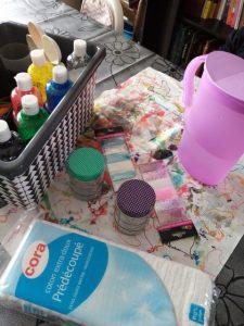 matériel DIY : coton, eau, peinture, paillettes, bocal en verre