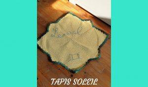 Apprenez à crocheter facilement un tapis en forme de soleil. Grâce à ses jolies couleurs, il est idéal pour compléter la déco d'une chambre d'enfant.